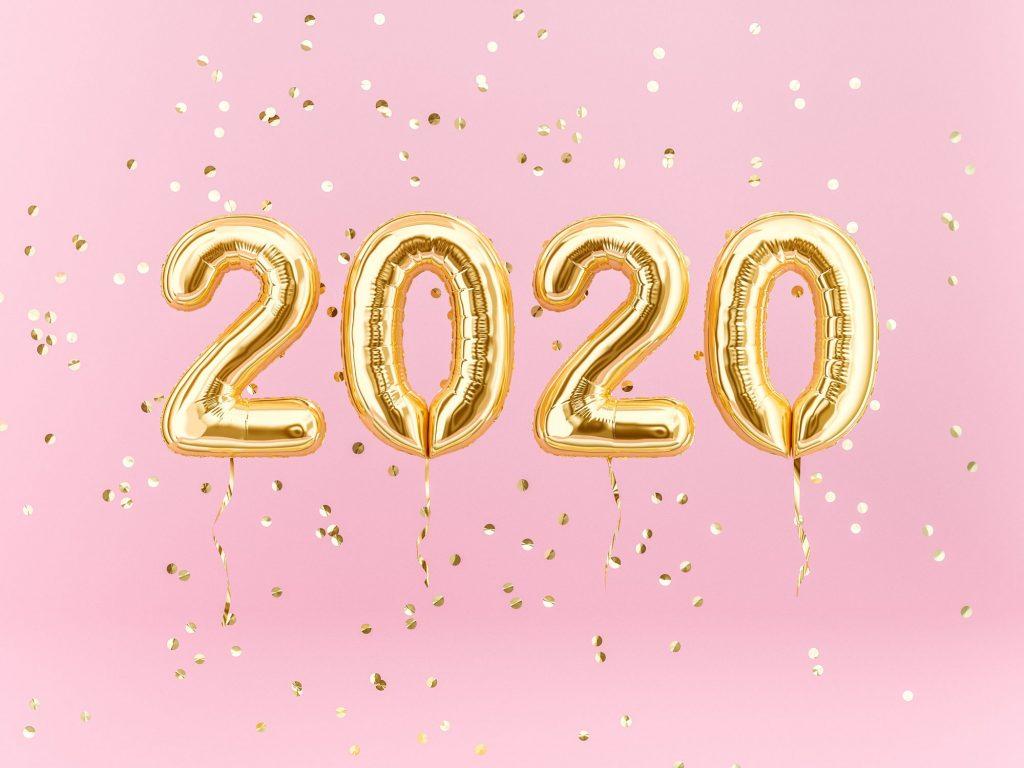 2020 in gold balloons on a pink background